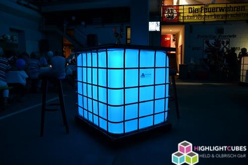 Beleuchteter IBC Stehtisch in Feuerwehrhalle